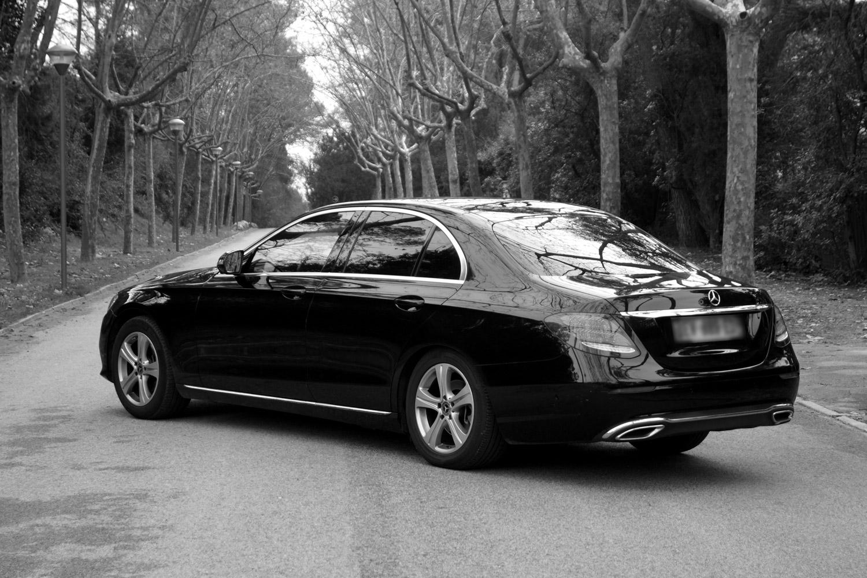 Mercedes classe E noir et blanc de derrière