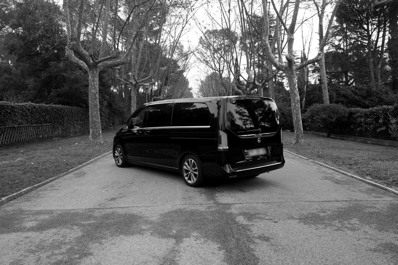 Mercedes Vito Tourer noir et blanc plaque floutee